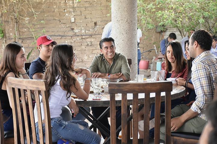 Se reúne Roberto Sosa con jóvenes líderes de Corregidora