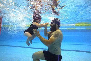 ¿Cómo la natación fortalece los lazos afectivos entre el bebé y sus padres?